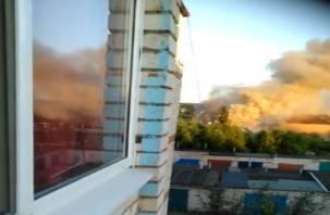 «Огонь от машины перекинулся на дом». В Смоленской области произошел крупный пожар