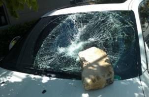 Смолянин в порыве гнева разбил кирпичом машину знакомого