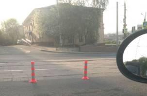 В Смоленске вдоль трамвайных путей появились разделительные столбики