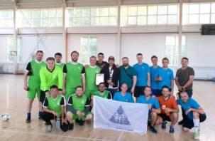 В Смоленске священники сыграли в футбол с командой реабилитационного центра