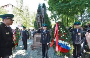 В Смоленске 100-летие пограничных войск отметили установкой памятника