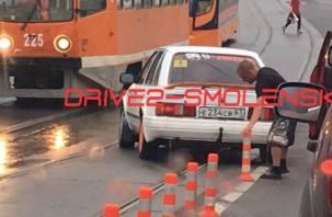 В Смоленске «неадекват» снес разделительные столбики для трамваев