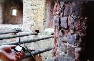 «Презервативы валяются, палочки-то скрипят»: смолянин забрался на закрытый участок смоленской крепости