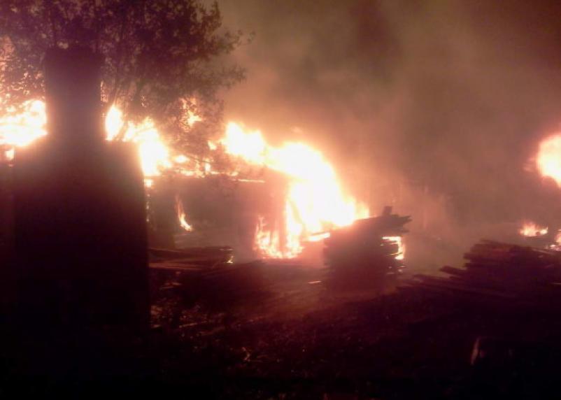 В Смоленской области ночью полностью сгорели жилой дом и дача