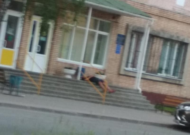 Неизвестно, жив ли. На улице Кирова в Смоленске валяется человек