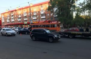 В Смоленске на перекрестке трех дорог два авто вылетели на встречку, работает эвакуатор