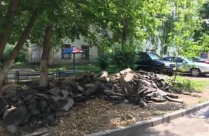 «Они просто пропали». В центре Смоленска рабочие «забили» на ремонт во дворе дома