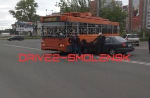 В Смоленске легковушка влетела в троллейбус