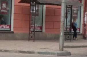 Если Магомед не идет к горе: в Смоленске тротуар «приклеили» к столбу
