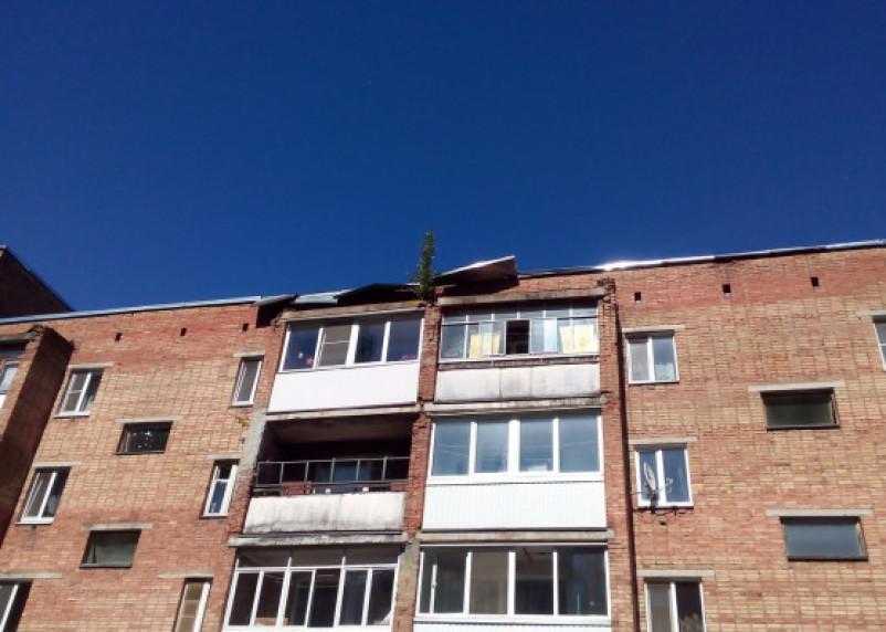 Огромный лист металла в любую минуту может сорваться с крыши смоленской многоэтажки