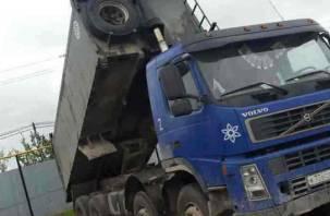 На Смоленщине грузовик врезался в железнодорожный мост