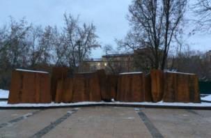 Замглавы Минстроя России похвалил ржавый мемориал в Смоленске
