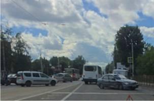Пострадал ребенок. В Смоленске «озябший» светофор стал причиной серьезной аварии