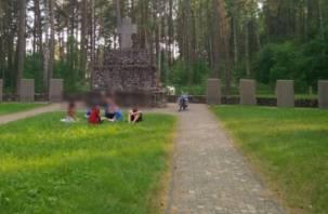 Карты, алкоголь и мотоцикл. Смоленские подростки развлекаются на кладбище