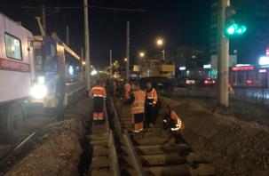 В Смоленске ночью отремонтировали участок трамвайных путей