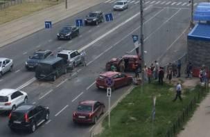 Спасли подушки безопасности, девушку увезли на скорой: в Сети появилось видео ДТП на Крупской