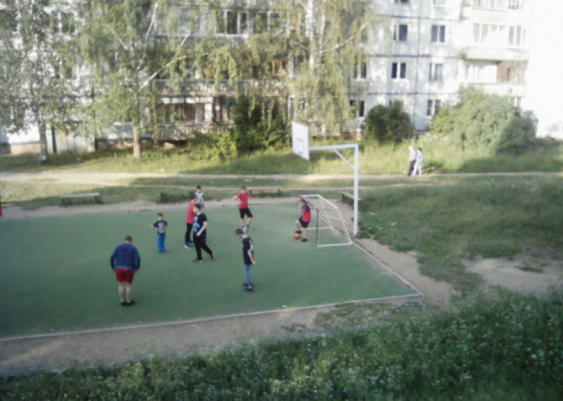 Нетрезвые смоляне облюбовали детскую спортивную площадку