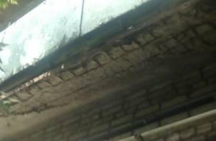В Смоленске балкон многоэтажки рушится над головами прохожих