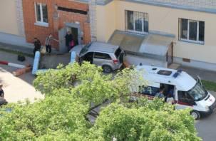 «Попутали педали»: в Смоленске водитель кроссовера обрушил вход в подъезд
