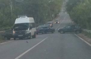В Смоленске столкнулись автомобиль и маршрутка, последствия сняли на видео