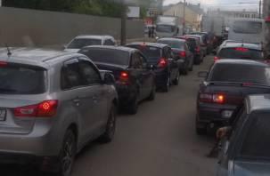 В Смоленске из-за дорожников собралась огромная пробка в Заднепровье