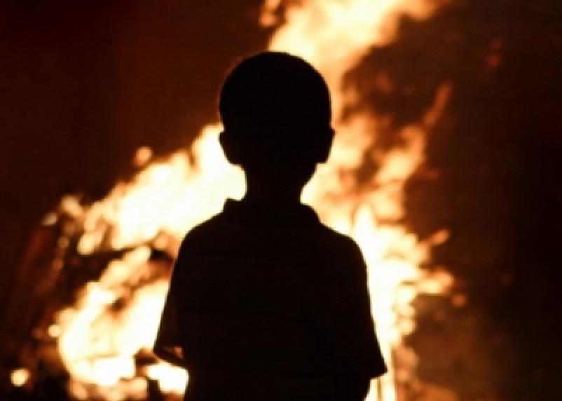«Осталось лишь пепелище». В Смоленской области ребенок спалил девять сараев