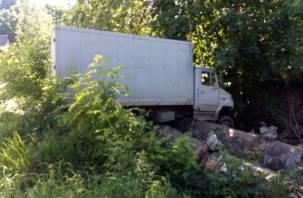 «Ничего себе припарковался». В Смоленске грузовик «приземлился» на теплотрассу