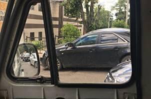 В Смоленске люксовая иномарка снесла дорожное ограждение