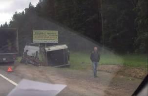 На трассе М-1 в Смоленской области развалившаяся фура попала на видео