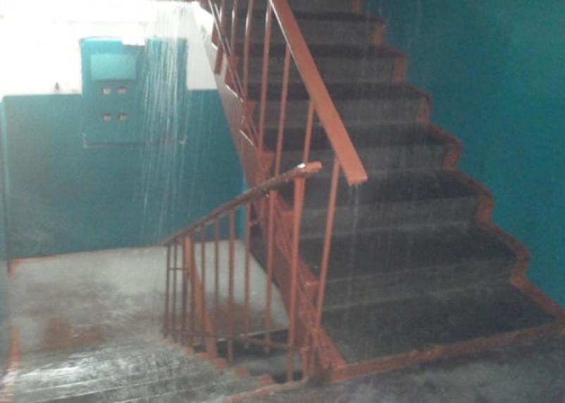 Жители общежития в Дорогобуже в воде: аварийные службы игнорируют дом