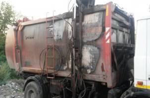 В Смоленском районе загруженный мусоровоз загорелся в движении