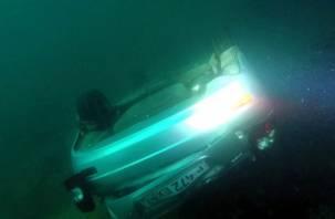 Мужчина погиб в слетевшей с обрыва в море машине со смоленскими номерами