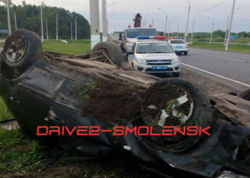 В Смоленске на окружной водитель легковушки перевернулся на скорости