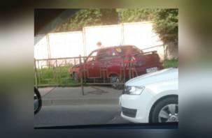 В Смоленске легковушка снесла забор и вылетела на тротуар