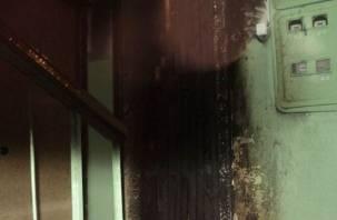Горящая дверь встревожила жителей смоленской многоэтажки