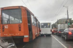 В Смоленске из-за аварии с автобусом встали трамваи: в Сети появилось видео