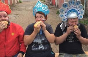 Болельщики в кокошниках: смоляне придумали свою версию «исторического мэма»