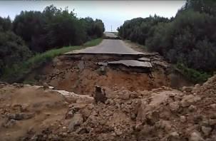 Житель Починка снял на видео жуткие последствия обрушения дороги
