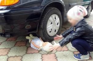 «Побежала за мячиком»: в Смоленске машина переехала ногу девочке