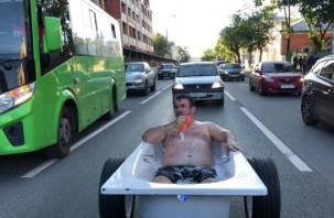 Житель Тюмени повторил «подвиг» смоленской молодежи прокатившись по городу в ванне