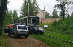 В Смоленске трамвай протащил иномарку по рельсам несколько метров