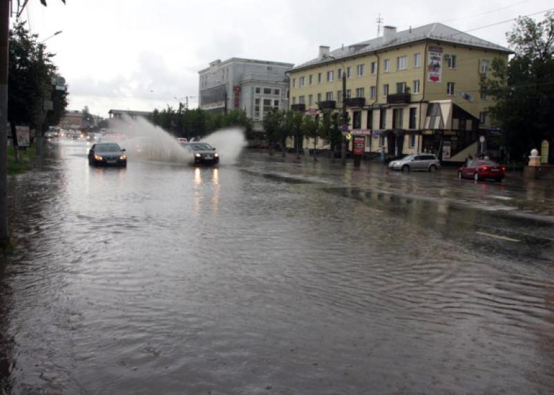 Ливень затопил улицы Смоленска. МЧС предупреждает об усилении стихии