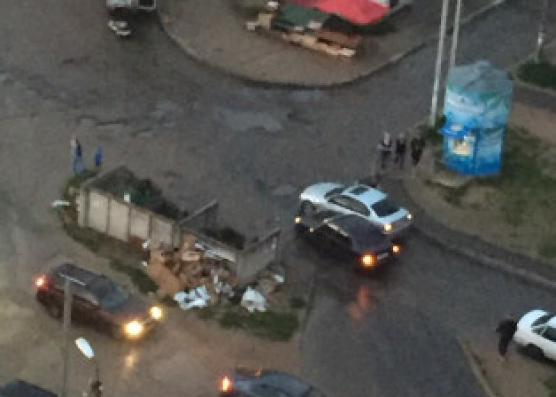 Жители Смоленска требуют убрать мусорку с центра дороги