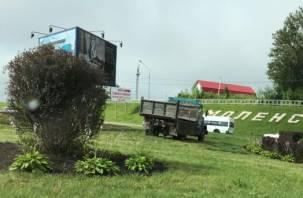 «Загнали на газон»: смоляне возмущены поведением рабочих