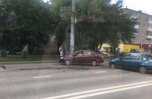 Момент столкновения автомобилей в Смоленске зафиксировала видеокамера
