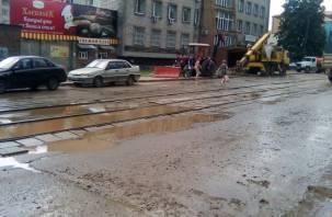 «Вода бьет из-под земли». В Смоленске улицу затопило из-за коммунальной аварии