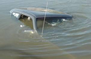 Смолянин не смог выбраться из тонущей в пруду машины и погиб