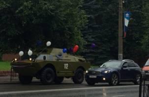 В Смоленске молодожены приехали в ЗАГС на БТР