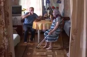 Пять километров за хлебом: в смоленской деревне выживают всего два пенсионера
