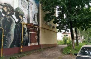 Забытый патриотизм: в Смоленске двор с граффити РВИО зарастает мусором и травой